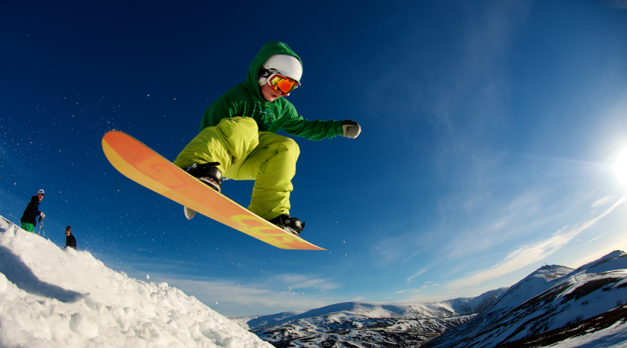 Snowboarder enjoys the perfect snow at Glenshee