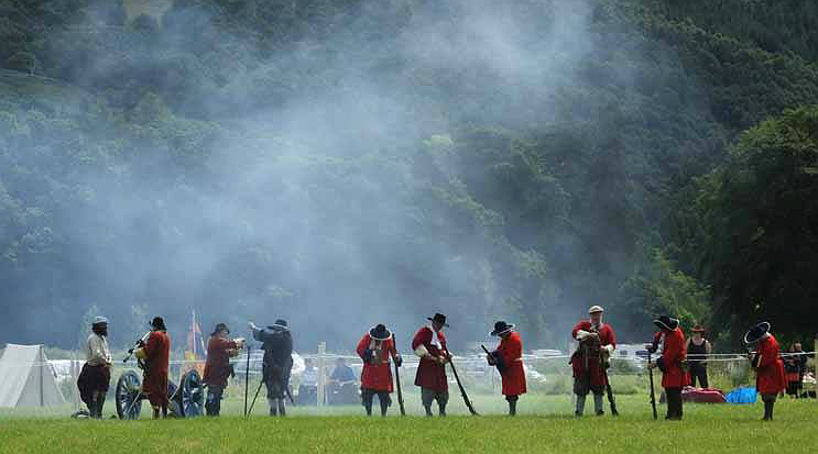 Redcoats load their muskets at the Soldiers of Killiecrankie
