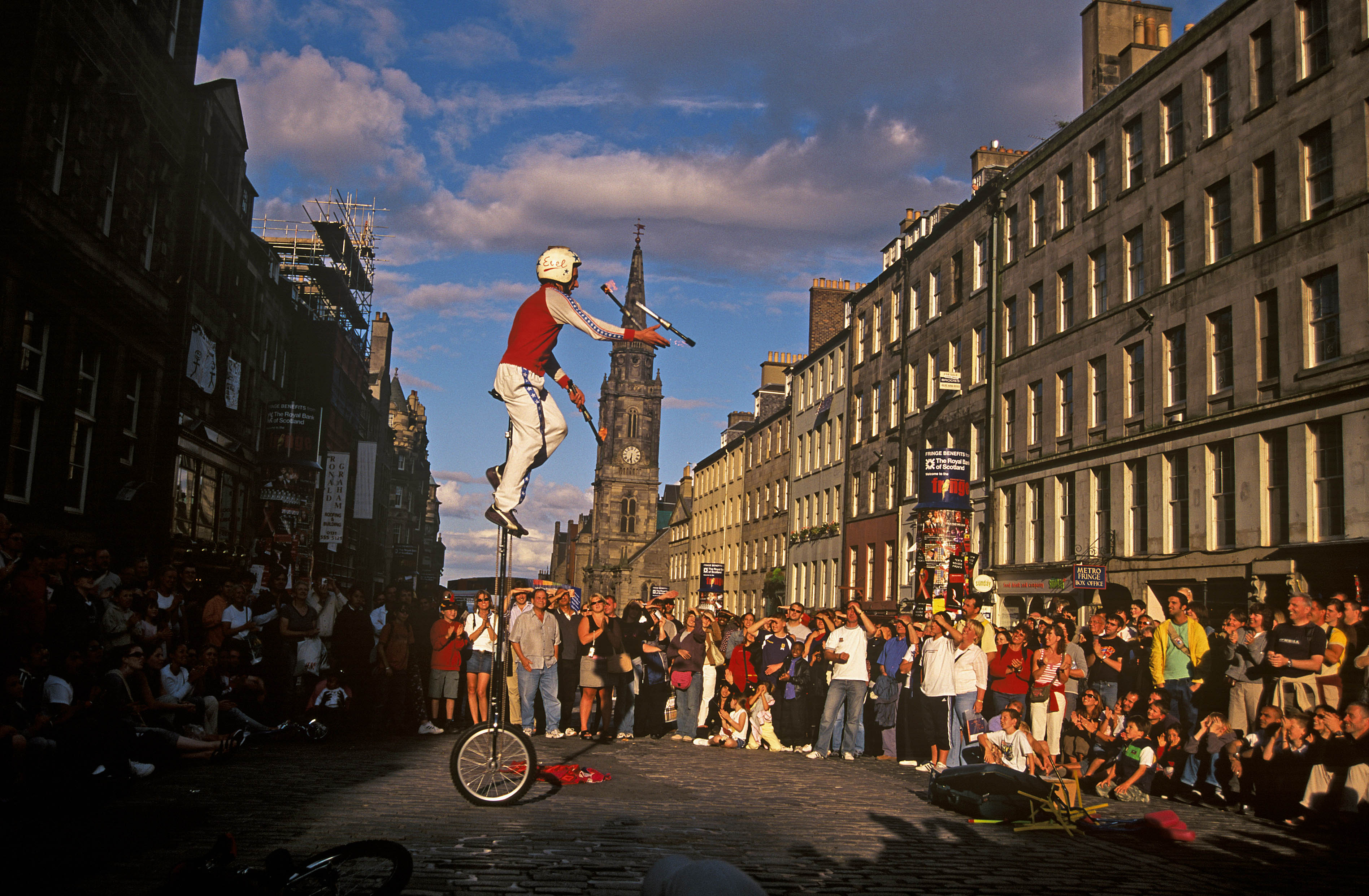 THE ROYAL MILE DURING THE FESTIVAL, EDINBURGH, LOTHIAN.
