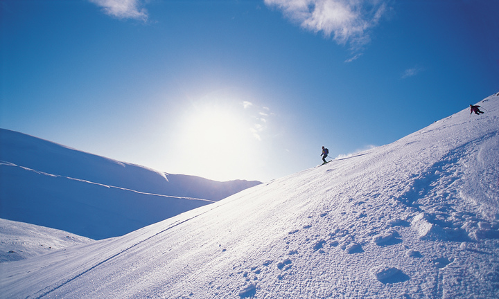 TWO SKIERS SKI OFF PISTE ON CAIRNWELL, ONE OF THE MOUNTAINS WITHIN THE GLENSHEE SKI CENTRE AREA, NORTH EAST OF THE SPITTAL OF GLENSHEE, ABERDEENSHIRE. PIC: P.TOMKINS/VisitScotland