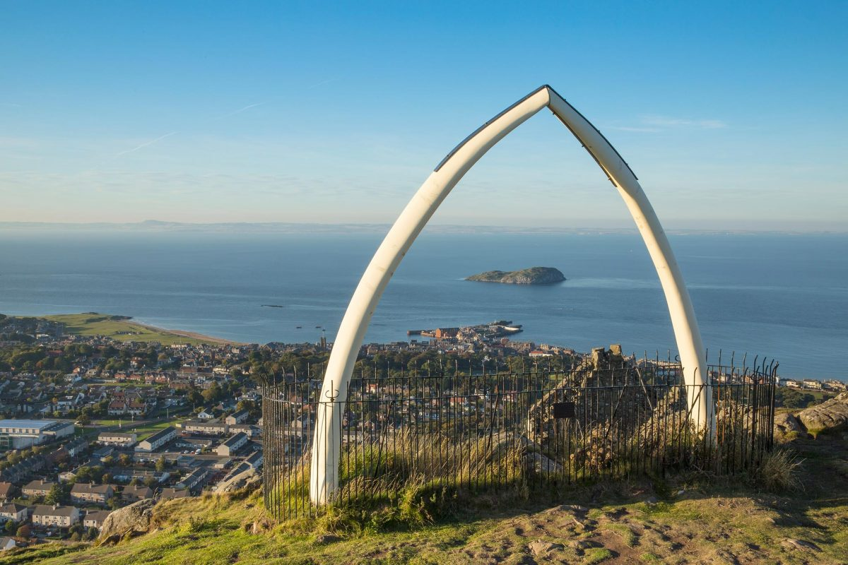 Una replica in fibra di vetro di un osso di balena su North Berwick Law.