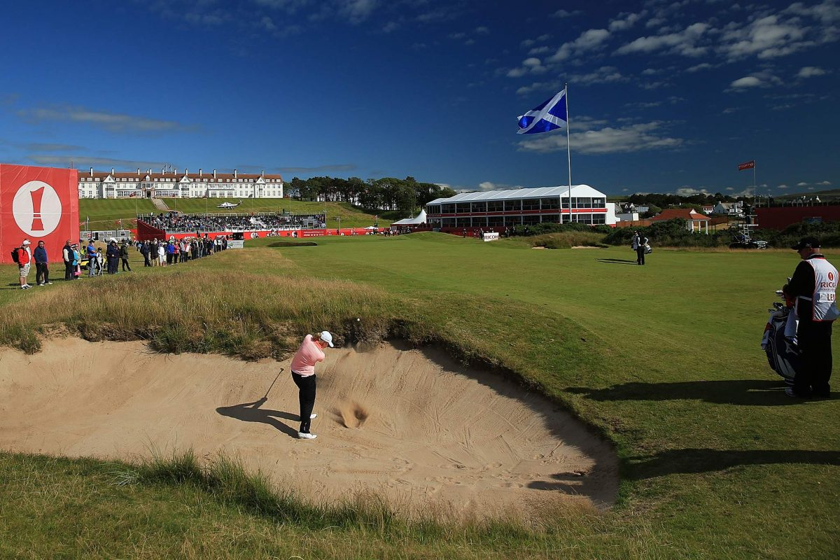TURNBERRY, SCOZIA - 30 LUGLIO: Stacy Lewis degli Stati Uniti colpisce la pallina da un bunker alla buca 18 durante il primo turno del Ricoh Women's British Open presso il Turnberry Golf Club il 30 luglio 2015 a Turnberry, in Scozia. (Foto di David Cannon / Getty Images)