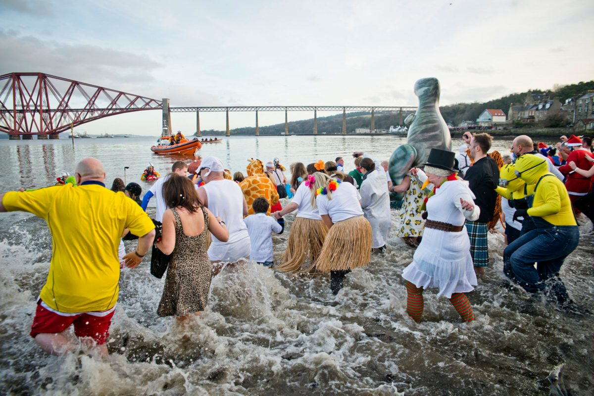 Das Loony Dook am Neujahrstag in South Queensferry
