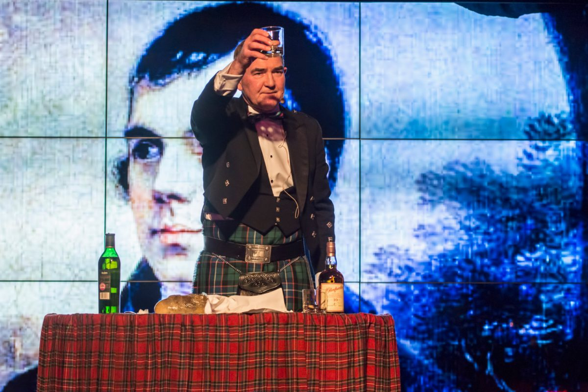 "Die ""Address to a haggis"" beim Burns Supper in Prestonfield House"