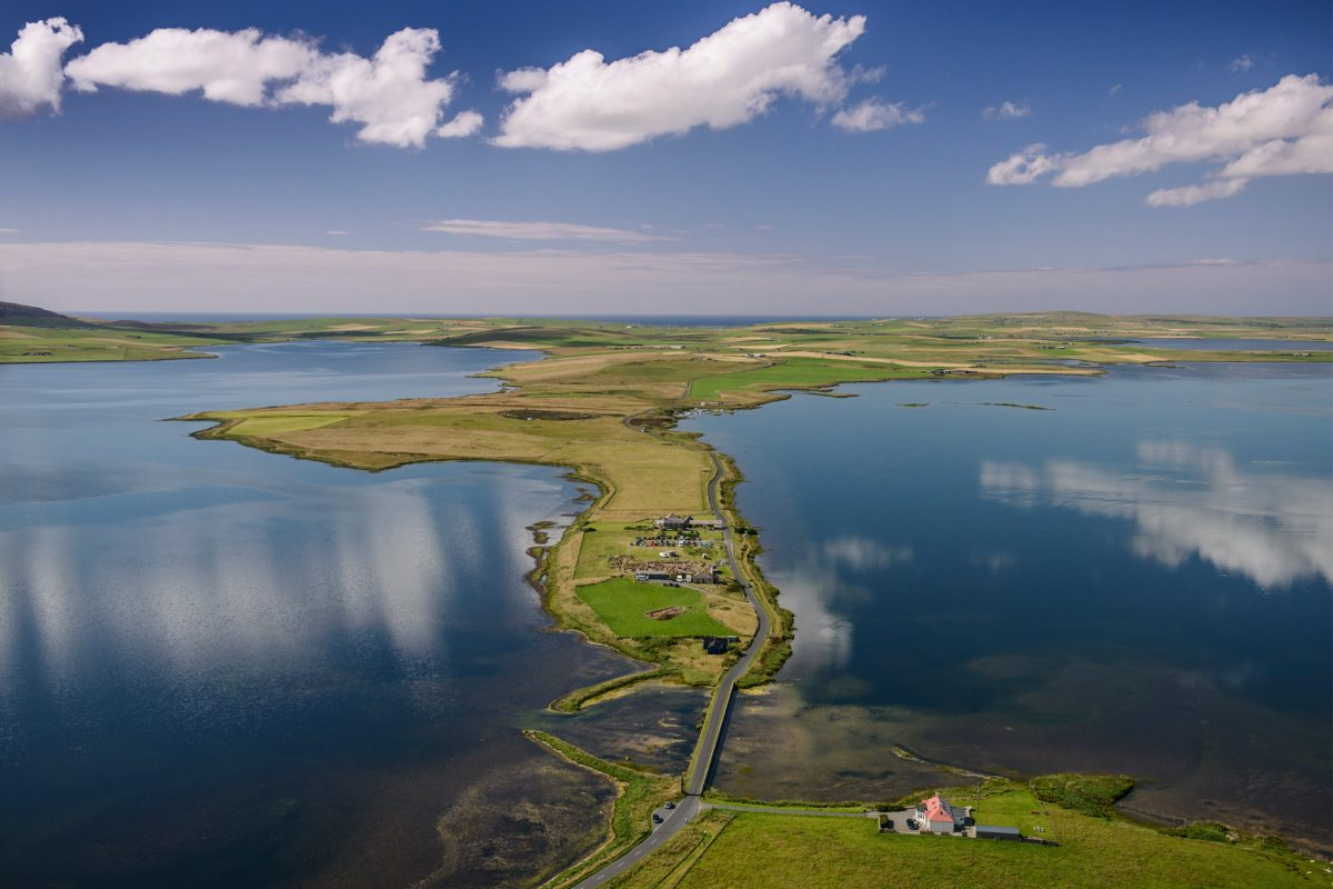 a long, narrow isthmus of land between Loch Harray and Loch Stenness in Orkney, Scotland.