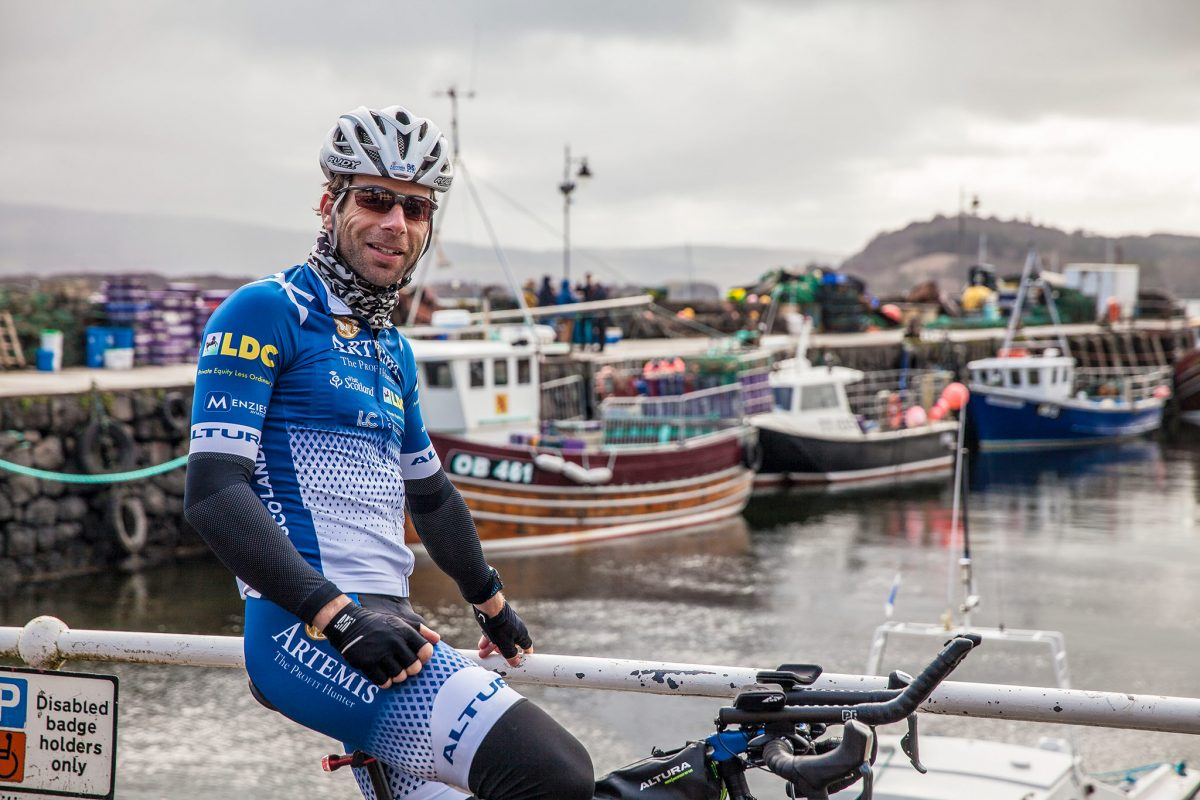 A quick stop on Mark Beaumont's cycling tour of Britain © Mark Beaumont/Muckle Media