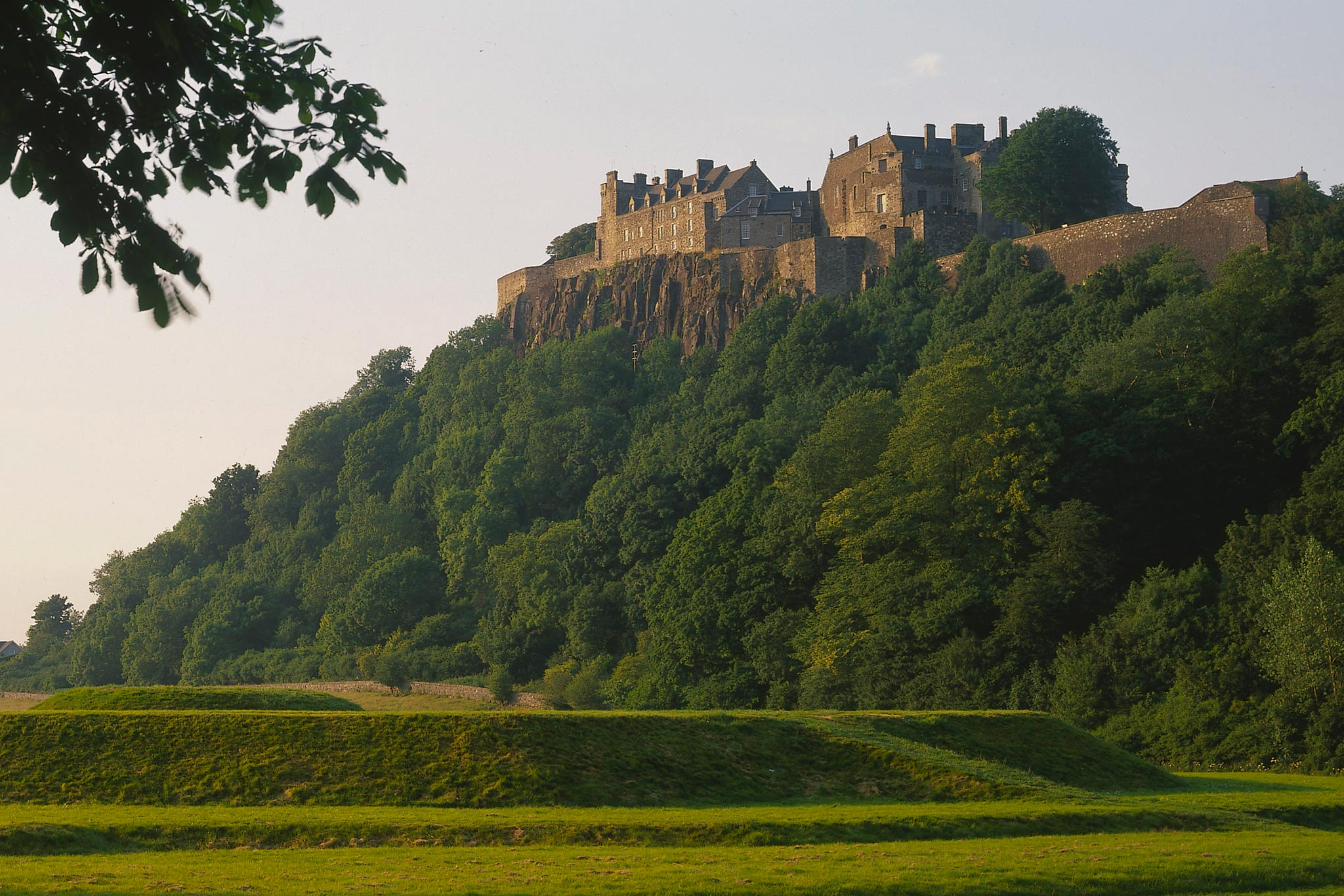 LOOKING ACROSS FIELDS FROM THE KING'S KNOT TO STIRLING CASTLE (DATING FROM MEDIEVAL TIMES AND THE PLACE OF MARY QUEEN OF SCOTS CORONATION), STIRLING.