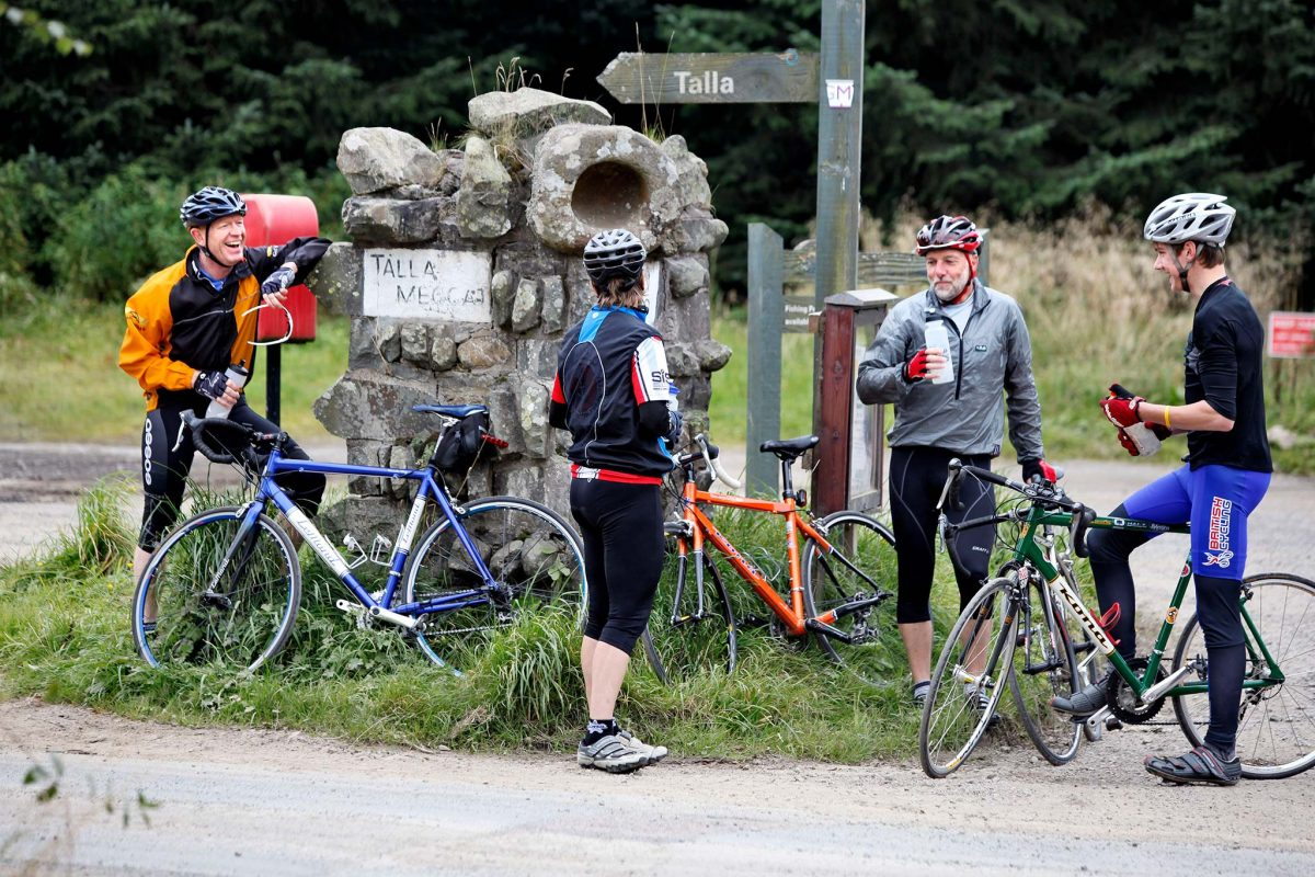 Radfahrer machen bei Tweedsmuir eine Pause, bevor sie auf der Rundtour durch die Region Borders zum Talla-Reservoir aufbrechen, Scottish Borders © Paul Dodds