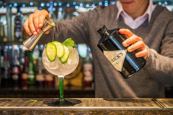 Een barman mixt een gin cocktail in 56 North Edinburgh