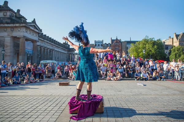 Een artiest op The Mound tijdens het Edinburgh Festival Fringe
