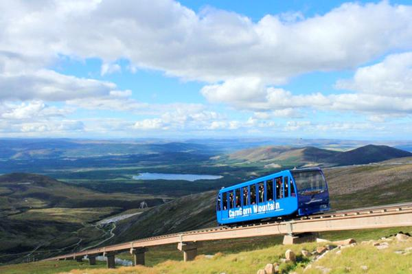 Un train bleu voyage sur la Funicular Railway dans la station de ski de CairnGorm, Highlands © Natural Retreats, CairnGorm Mountain