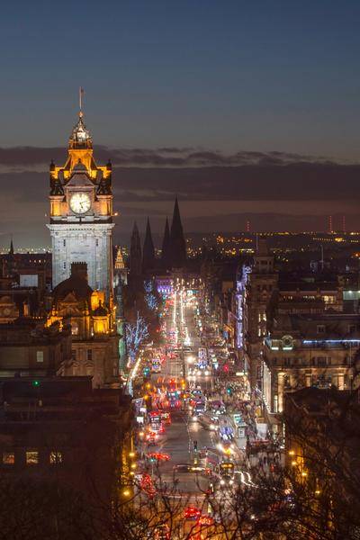 Edinburghs Princes Street von Calton Hill am Abend © Kenny Lam