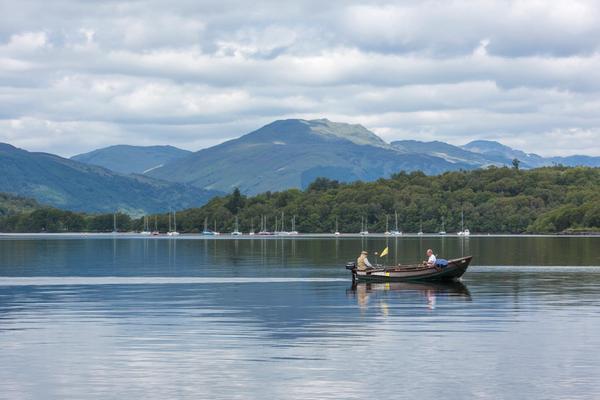 Dos hombres pescando en un barco en Loch Lomond