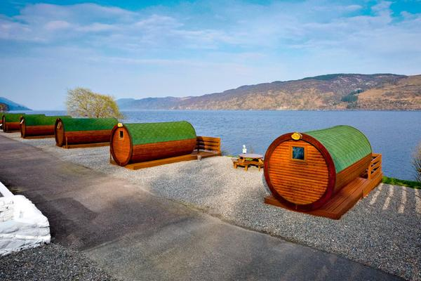 <i>Hobbit pods</i> sobre el Lago Ness en el Loch Ness Holiday Park, Invermoriston, Highlands