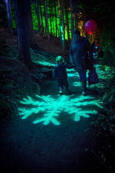 Een jong kind geïntrigeerd door het schouwspel in het Sprookjesbos, Pitlochry