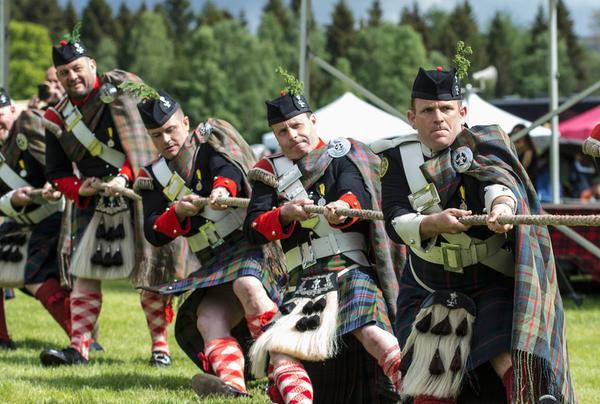 Tauziehen mit den Atholl Highlanders bei den Blair Atholl Highland Games