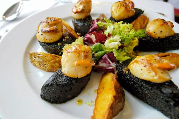 Seared Skye scallops on Stornoway black pudding served at the Cluanie Inn, Glen Shiel, Highlands