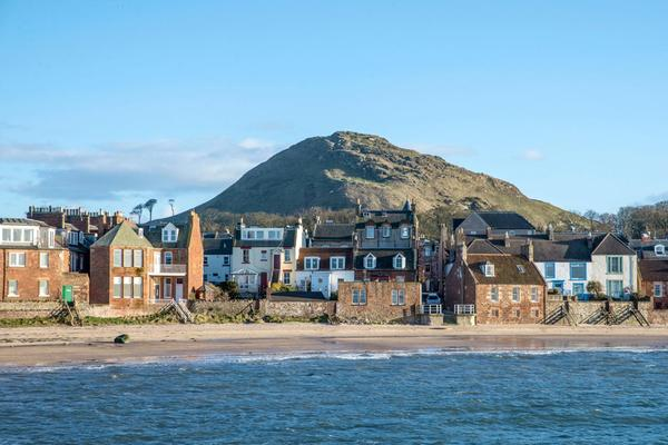 Vue de la côte de North Berwick avec le North Berwick Law en fond