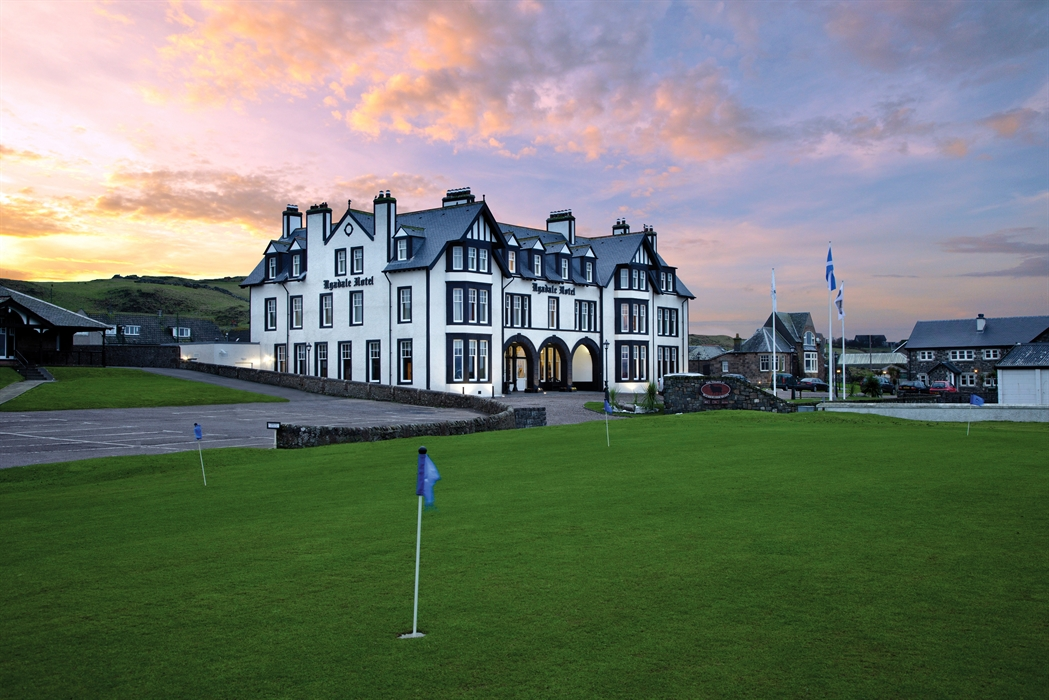 scottish golf tourism Scotland is a well-developed tourist destination, with tourism generally being responsible for sustaining 200,000 jobs mainly in the service sector, with tourist spending averaging at £4bn per year.
