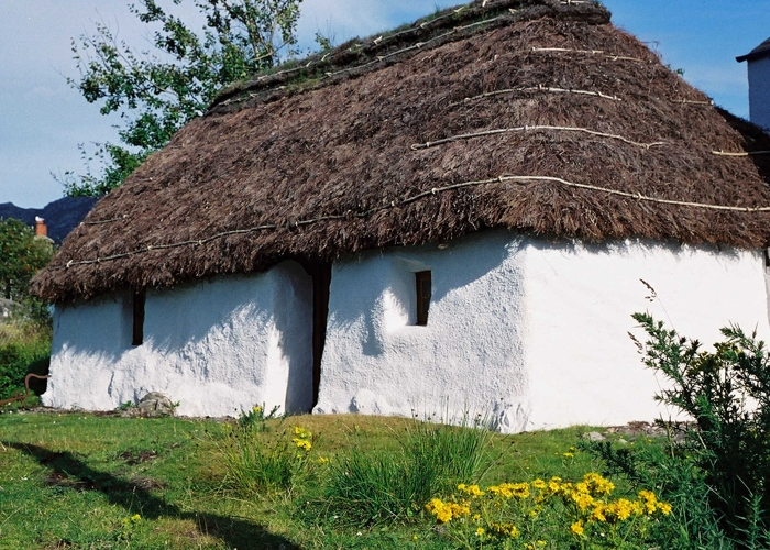 Plockton thatched cottage visitscotland for Definition of a cottage house